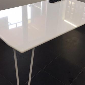 Обеденный стол из акрилового камня