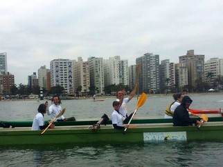 Tocha Olímpica é acompanhada por canoístas em Santos