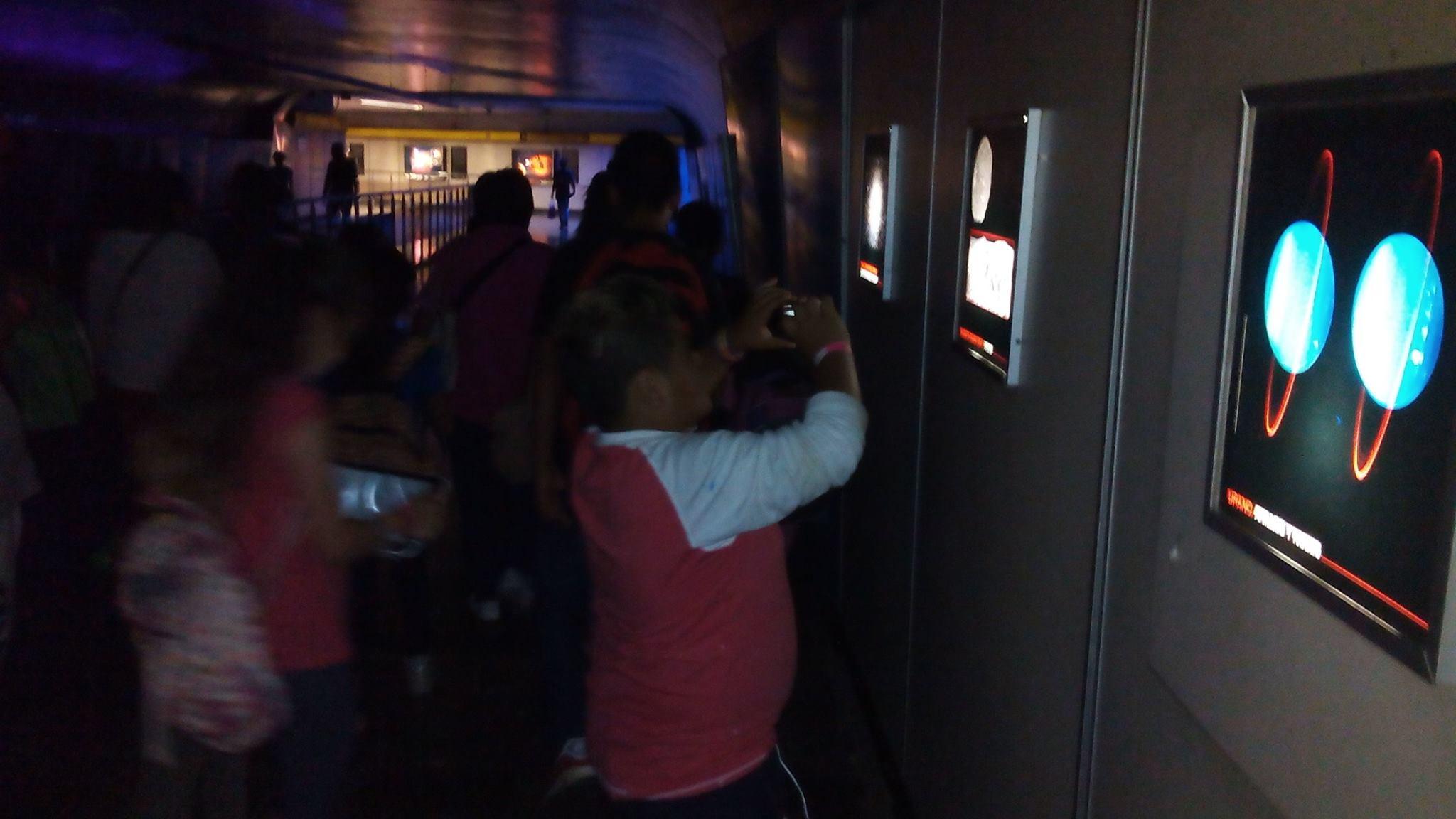 Tunel_de_la_ciencia,_estación_del_metro_La_Raza_2