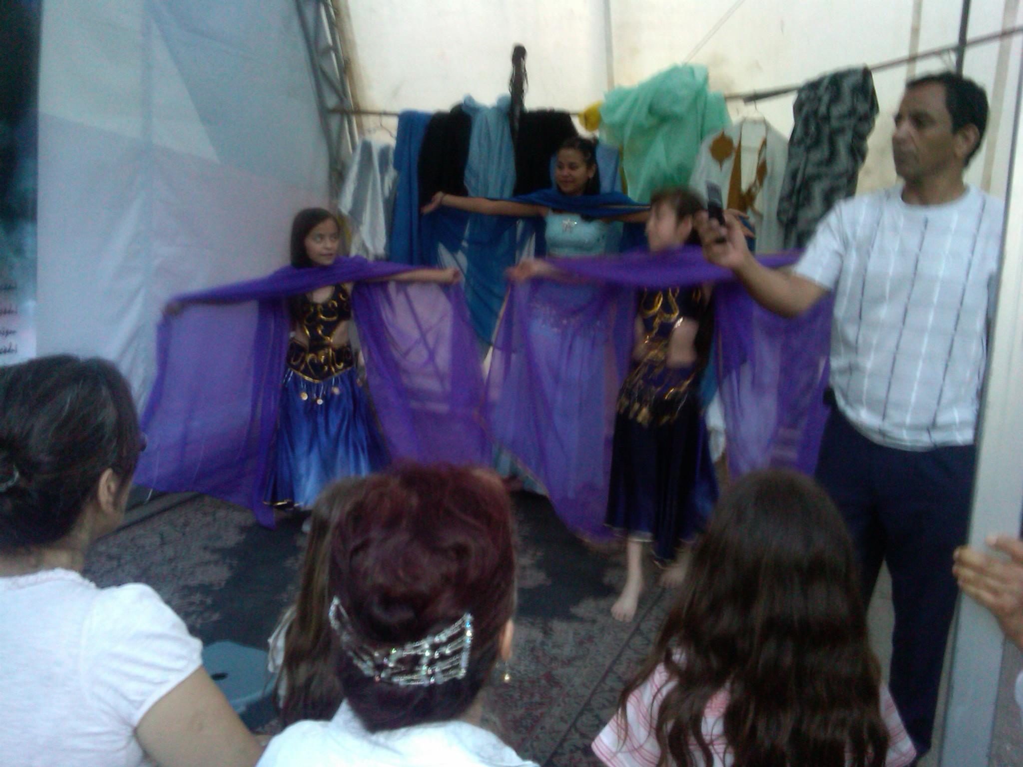 Educación_intercultural,_danza_árabe_en_Feria_de_las_Culturas_Amigas_1