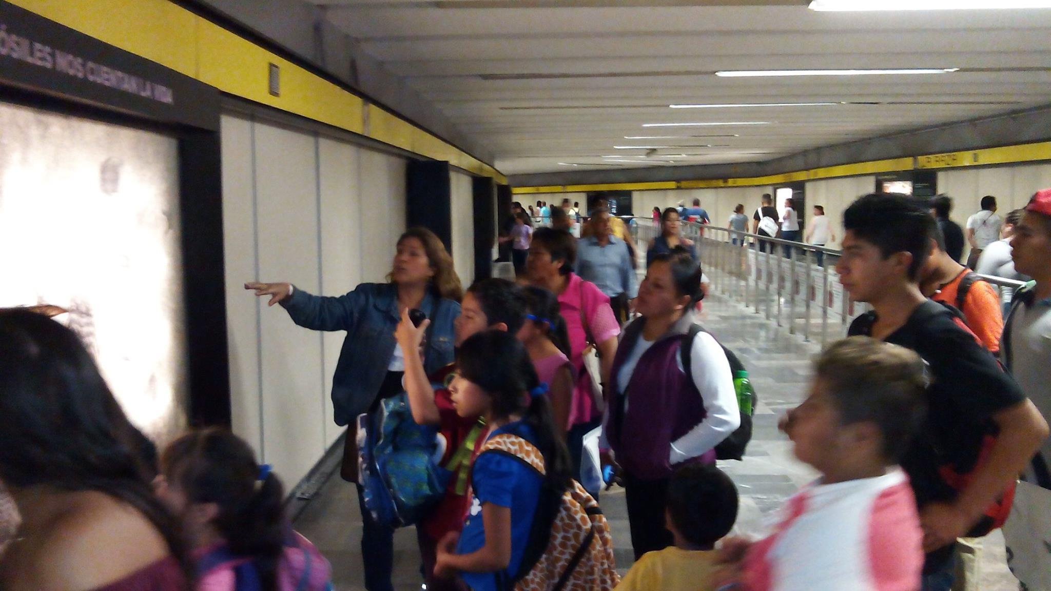 Tunel_de_la_ciencia,_estación_del_metro_La_Raza_1