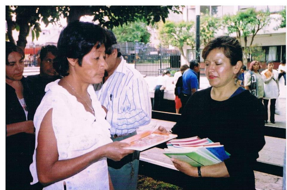 donación_de_libros_a_mujeres