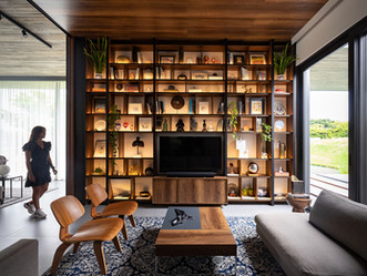 Sala de estar integrada por paredes de vidro