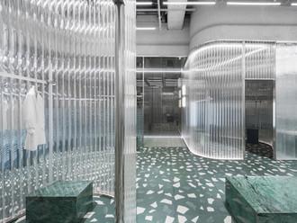 Loja de roupas com tijolos de vidro