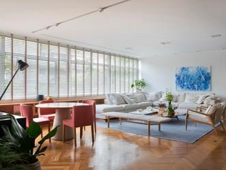Apartamento tem décor atemporal e vista para a copa das árvores