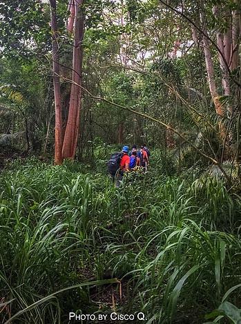 hikers startin kalahaku teeth trail