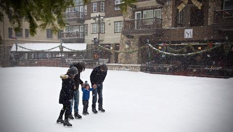 20161225_BC_Ice Skating_Family_JonResnic
