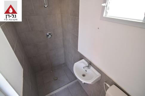 מכולת מגורים - חלל מקלחת ושירותים זוית ע