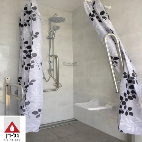 תא נכים טיפוס 1 - פנים מקלחת.jpg