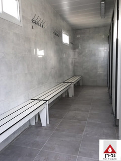 מבנה מלתחות שירותים ומקלחות