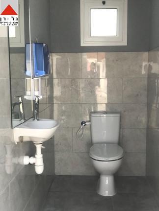תא שירותים רגיל במכולת שירותים בגודל 4.5