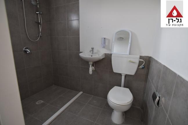 מכולת מגורים - חלל שירותים ומקלחת.JPG