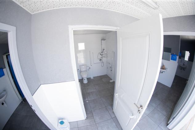 מקלחות ושירותים ניידים למכירה והשכרה