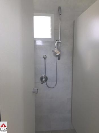 תק מקלחת מטרספה במבנה מלתחות.jpg