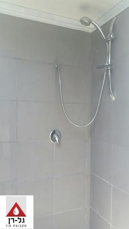 מבנה מקלחת פנל מבודד  - פנים התא.jpg