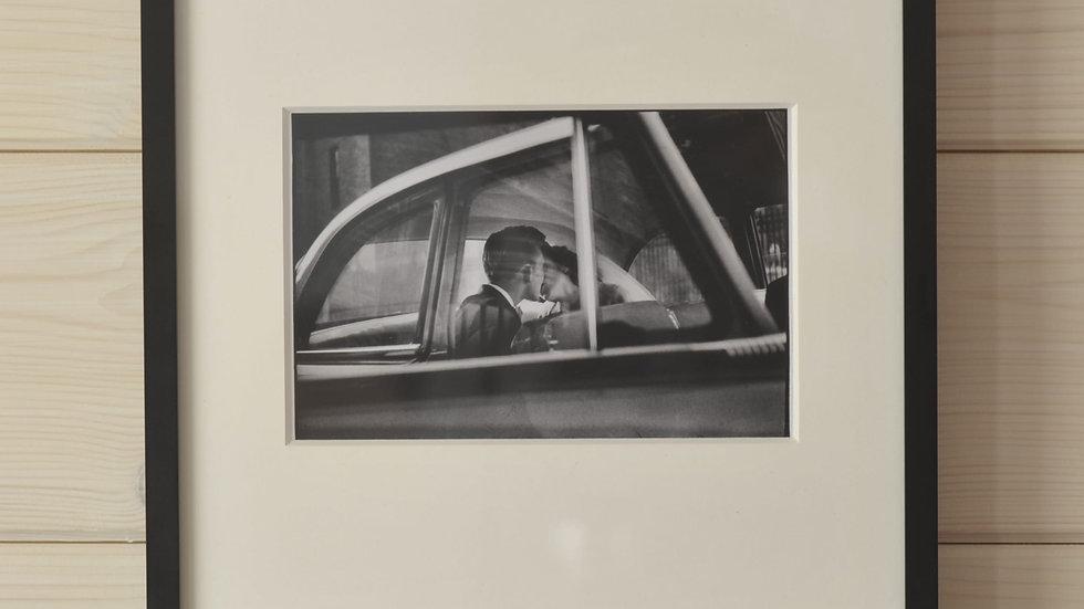 Küssendes Paar im Auto