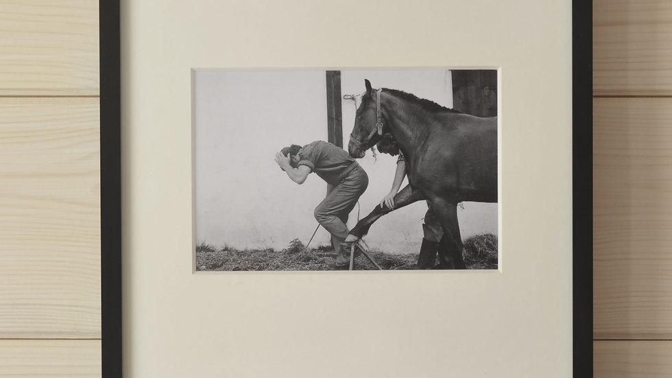 Schmied bei der Arbeit mit Pferd