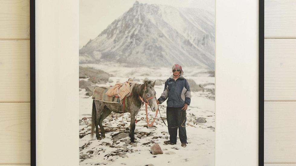 Pilger mit Pferd am Berg Kailash