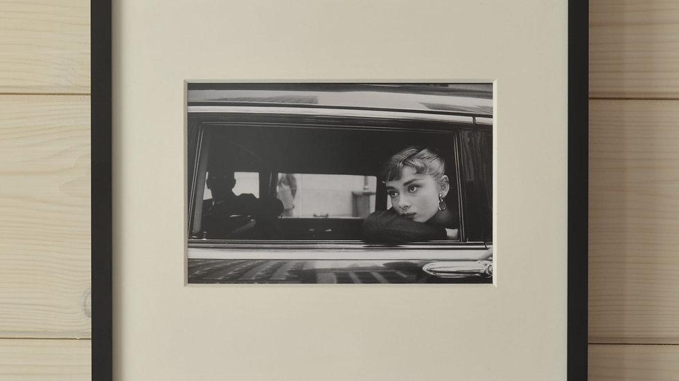 """Audrey Hepburn am Filmset von """"Sabrina"""""""