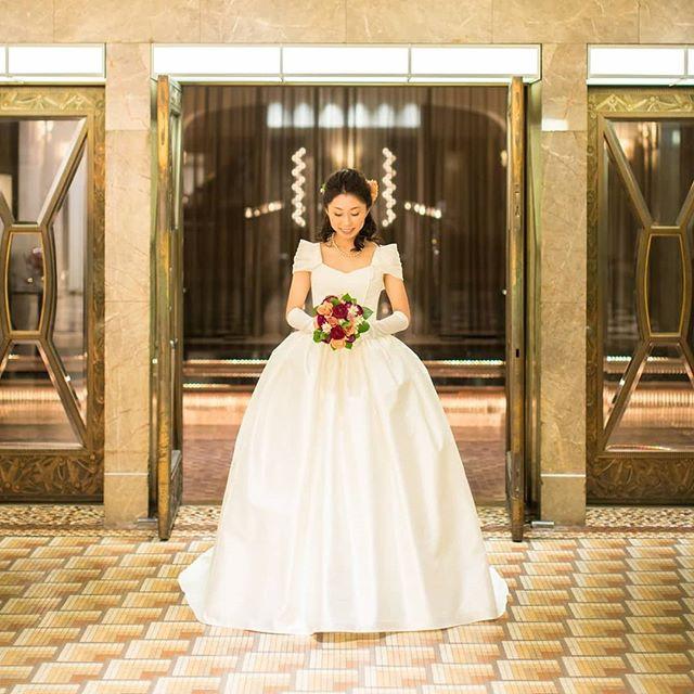 ショール風オフショルダ―がポイントのプリンセスラインのドレス。 ウエスト切り替え