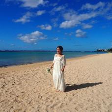 ヘッドドレスを置いて裸足になれば、南国の風になびくロングピアスが可愛いナチュラル