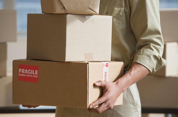 Entrega de manos de retención de cajas
