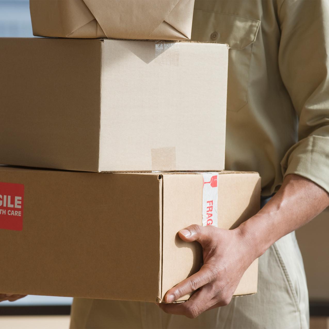 Entrega-Hands-holding-caixas