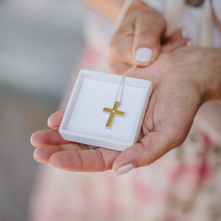 Cross in 18k gold with brilliant