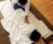 Kiu Caracani | La Réflexologie chinoise est un traitement thérapeutique qui consiste à plonger les pieds dans un bassin d'eau chaude, ensuite le thérapeute pratique un massage des pieds aux genous.