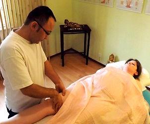 Kiu Caracani | Le Massage Tui Na est une spécificité chinoise qui prend en compte les méridiens et les points d'acupuncture du corps, il fait partie de la Médecine Traditionnelle Chinoise.