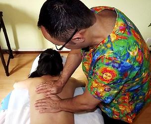 Kiu Caracani | Les Hawaïenspartagent leur Aloha par le massage Lomilomi. les mouvements utilisés sont très amples et plutôt rapides, rappelant ainsi les vagues, la mer, le va-et-vient de l'eau des îles d'Hawaï.