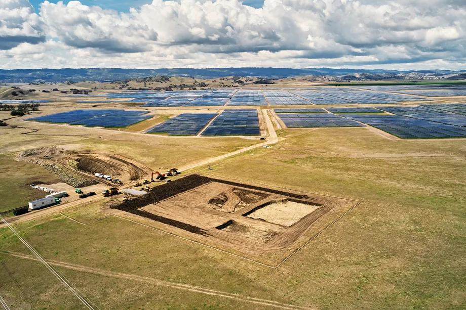 Địa điểm xây dựng dự án lưu trữ năng lượng tại trang trại năng lượng mặt trời California Flats. Hình ảnh: Apple