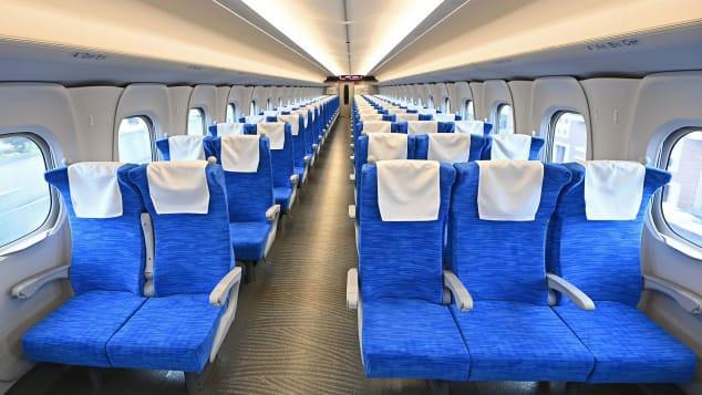 Nội thất của chiếc xe lửa đầu đạn N700S Shinkansen mới, bắt đầu phục vụ vào ngày 1 tháng 7, kết nối Tokyo với Osaka. Ảnh: Kyodo tin tức/Getty Images