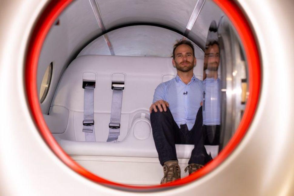 Josh Giegel, đồng sáng lập và Giám đốc điều hành của Virgin Hyperloop, tạo dáng bên trong một pod nguyên mẫu tại cơ sở hyperloop của công ty gần Las Vegas, Nevada, ngày 5 tháng 5 năm 2021. Ảnh: REUTER