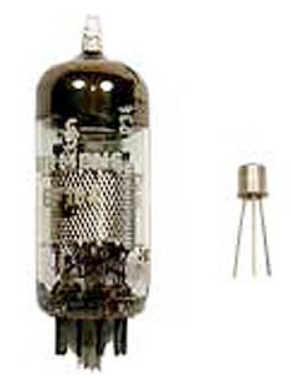 So sánh kích thước giữa một ống chân không (vacuum tube) được sử dụng trong các máy tính thế hệ đầu tiên và một bóng bán dẫn (transitor) được sử dụng trong các máy tính thế hệ thứ hai đầu tiên.