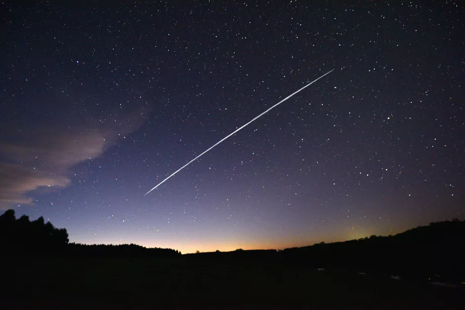 Một đoàn tàu vệ tinh Starlink trên quỹ đạo Trái đất tầm thấp đi qua Uruguay. SpaceX đang yêu cầu FCC phê duyệt để đưa Internet Starlink vào các phương tiện di chuyển. Ảnh: Mariana Suarez / AFP qua Getty Images