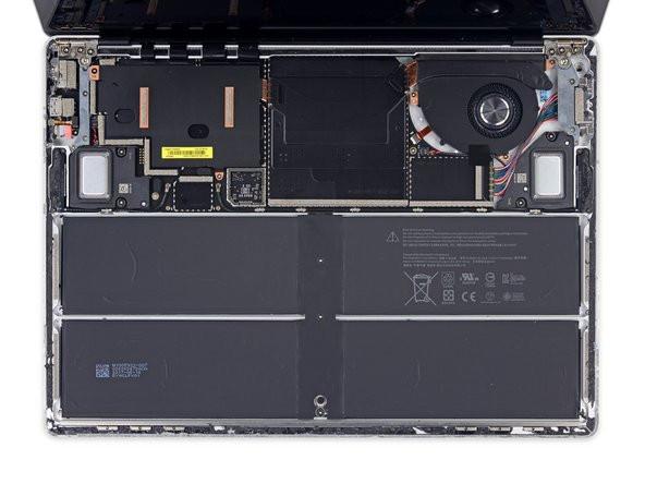 Pin bên trong của chiếc máy tính xách tay Microsoft Surface (Ảnh: ifixit.com)