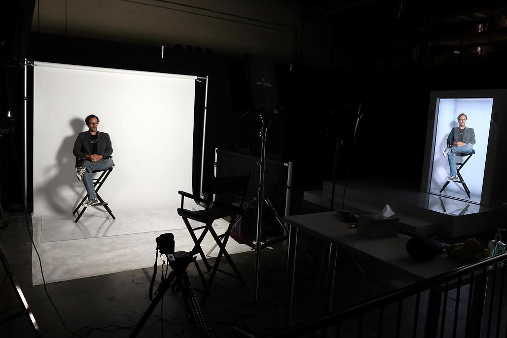 Nhà phát minh Portl David Nussbaum được hiển thị với một bức ảnh ba chiều kích thước thật do A.I. cung cấp của chính ông ở Gardena, gần Los Angeles, California, Hoa Kỳ, ngày 3 tháng 8 năm 2020. REUTERS / Lucy Nicholson