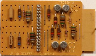 """Bảng mạch của IBM 7070. Những """"lon"""" kim loại nhỏ là các bóng bán dẫn."""