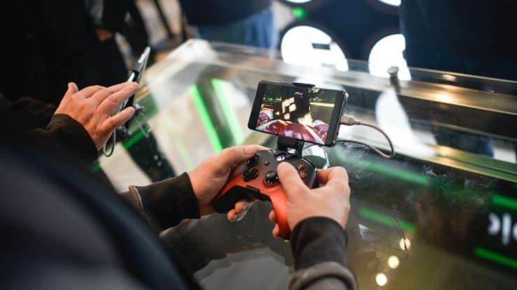 Một khách hàng chơi trên thiết bị Xbox xCloud tại cửa hàng Microsoft khai trương vào ngày 11 tháng 7 năm 2019 ở London, Anh (Ảnh: Peter Summers | Getty Images)