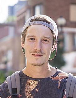 Jeune homme avec un chapeau
