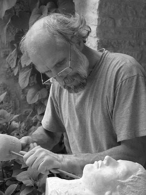 bei der Arbeit an einem Portrait in Stein