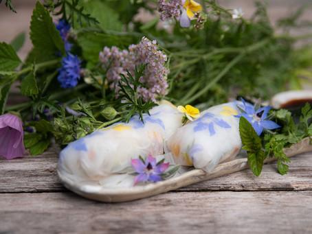Rouleaux de printemps aux fleurs, wakamé et aromates.