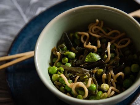 Haricots de mer, petits pois et nouilles de riz au basilic (vegan).