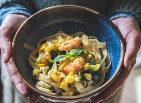 Tagliatelles crevettes au curry, courgette jaune & wakame.