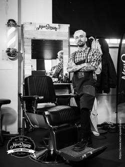 Barbier en pause qui prend la pose.
