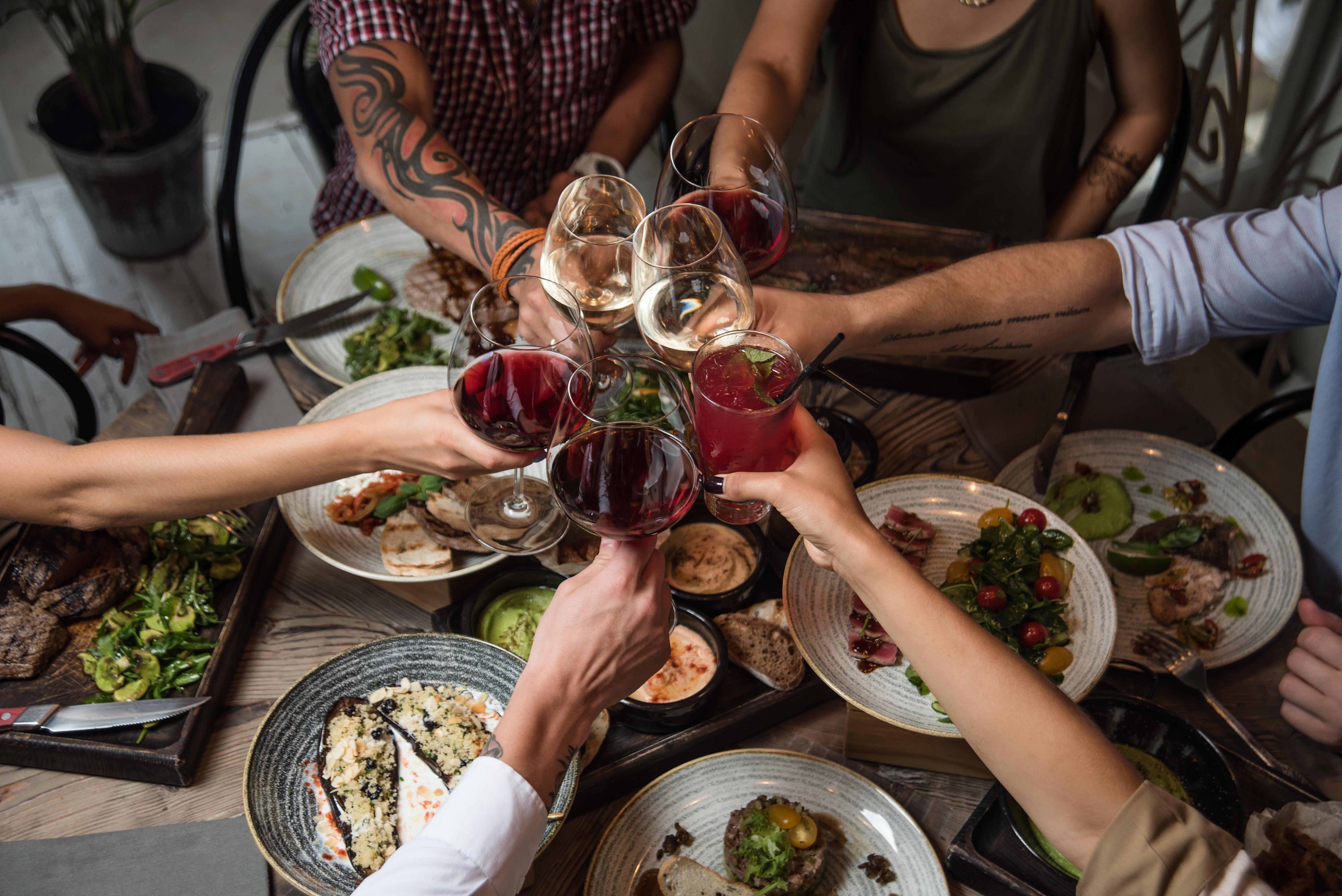 картинки ужин с друзьями для своего времени