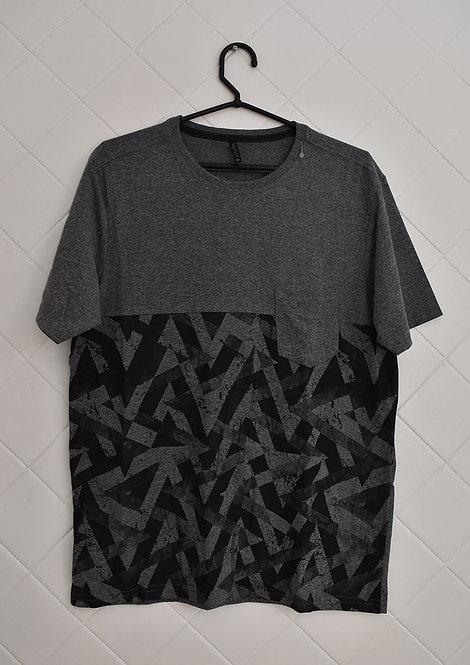 Camiseta Masculina Cinza com Estapa em Preto, com Bolso