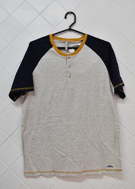 Camiseta Masculina Cinza com a Manga Azul