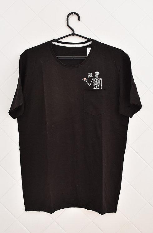 Camiseta Masculina Preta com Caveira Pequena do Lado Esquerdo